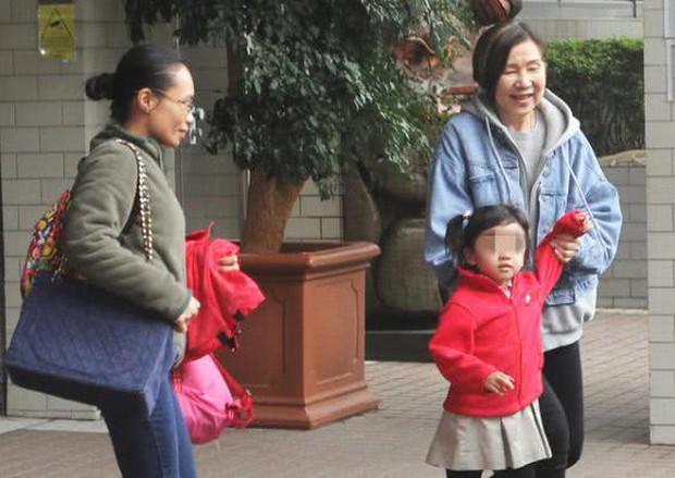 Từng bị đồn bất hoà với con dâu, mẹ Lưu Khải Uy giờ đây cự tuyệt trả lời khi bị hỏi về Dương Mịch - Ảnh 4.