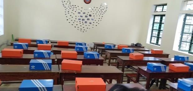 Quà 8/3 cực chất khiến đám con gái phát cuồng: Mỗi cô bạn trong lớp được tặng một đôi giày Adidas hoặc Nike - Ảnh 2.