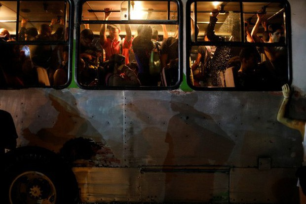 Venezuela hỗn loạn vì mất điện khắp nơi - Ảnh 4.
