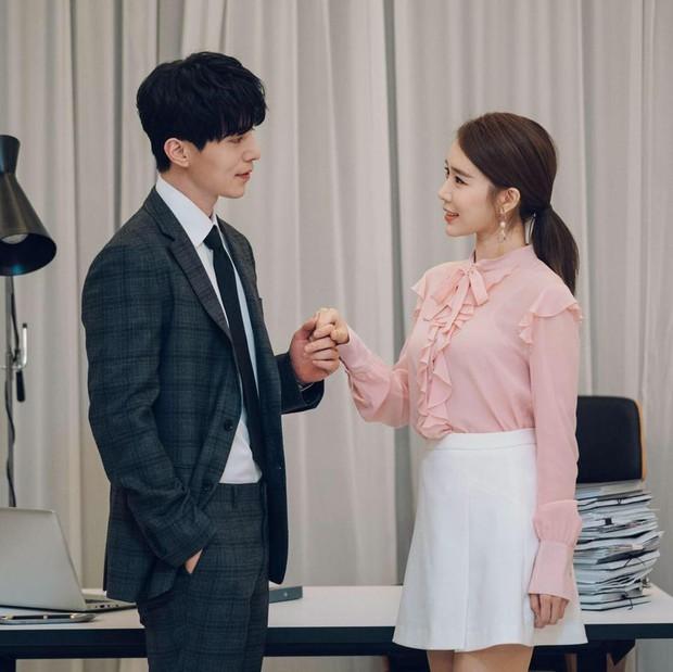 Lee Dong Wook dùng son dưỡng đắt gấp đôi son của Yoo In Na trong phim mới - Ảnh 2.