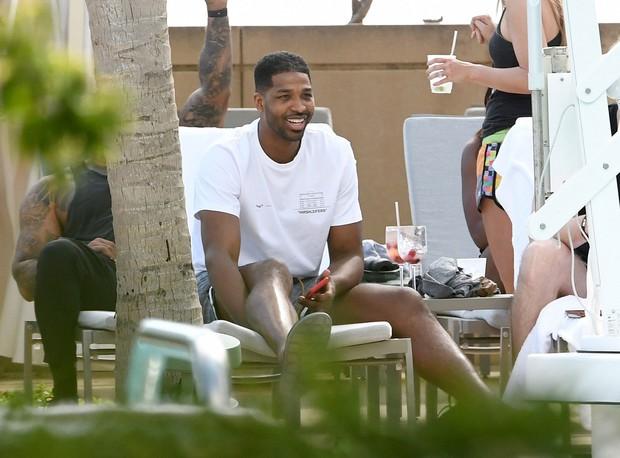 Kẻ ngoại tình và tiểu tam bá đạo nhất Hollywood: Khoe tóc mới, vui thật là vui sau scandal cắm sừng nhà Kardashian - Ảnh 4.