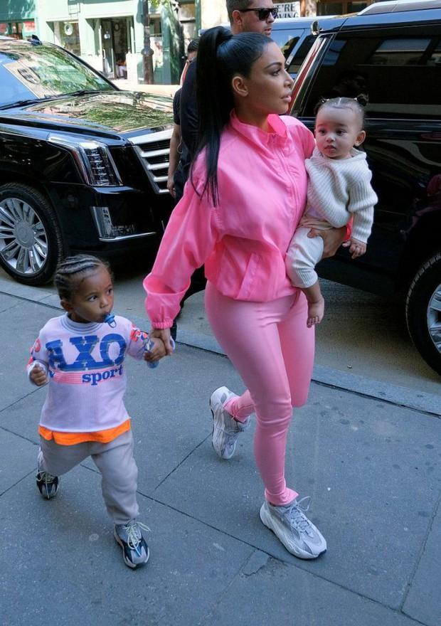 Góc sang chảnh: Mới 1 tuổi, con gái Kim Kardashian cầm túi Hermes Birkin 350 triệu chơi loanh quanh trong nhà với mẹ - Ảnh 6.