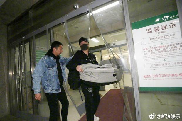 Phùng Thiệu Phong lần đầu xuất hiện tại bệnh viện, mang theo nôi chuẩn bị đón Triệu Lệ Dĩnh và quý tử về nhà - Ảnh 8.