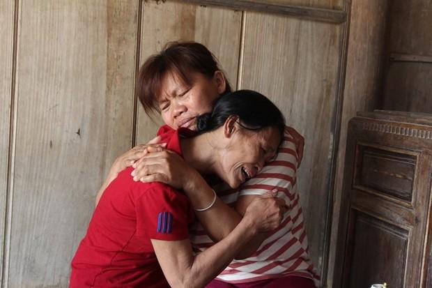 Giọt nước mắt hạnh phúc của người phụ nữ trở về sau 23 năm bị bán sang Trung Quốc - Ảnh 2.