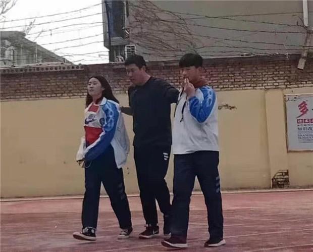 Cặp đôi học sinh rủ nhau trốn tiết ra sân trường hẹn hò và cái kết đắng nghét khi bị thầy giáo túm cổ - Ảnh 3.