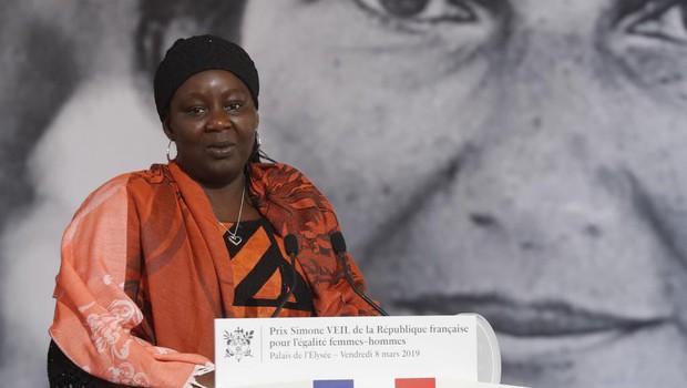 Pháp trao giải thưởng vì nữ quyền đầu tiên cho người giúp đỡ nạn nhân bị cưỡng bức tình dục - Ảnh 1.
