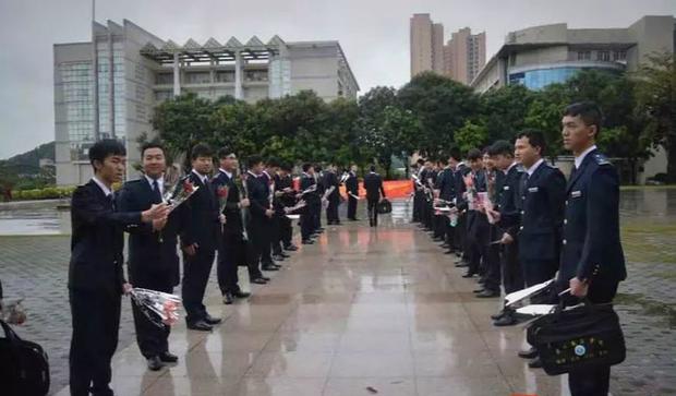 Đặc quyền khi là nữ sinh duy nhất trong lớp: 38 chàng trai mặc vest đen siêu ngầu xếp hàng tặng cả một vali đồ ăn và son xịn - Ảnh 1.