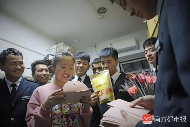 Đặc quyền khi là nữ sinh duy nhất trong lớp: 38 chàng trai mặc vest đen siêu ngầu xếp hàng tặng cả một vali đồ ăn và son xịn - Ảnh 6.
