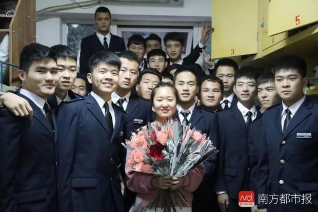 Đặc quyền khi là nữ sinh duy nhất trong lớp: 38 chàng trai mặc vest đen siêu ngầu xếp hàng tặng cả một vali đồ ăn và son xịn - Ảnh 9.