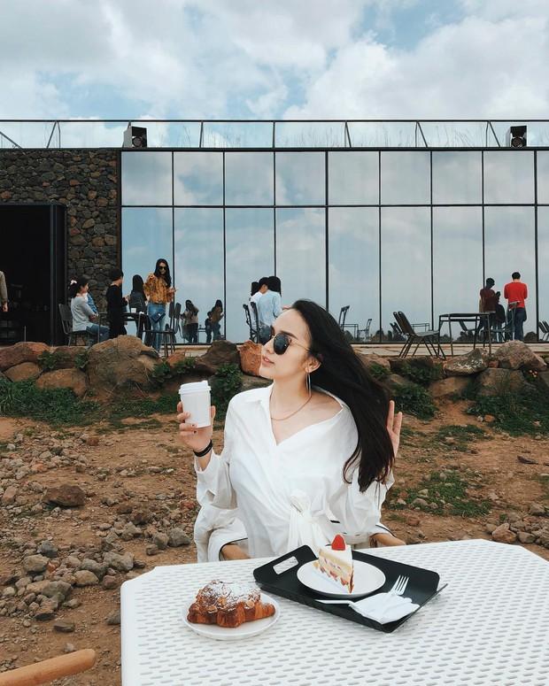 Tiệm cà phê một thời của G-Dragon đang là thánh địa sống ảo hot nhất đảo Jeju, Chi Pu và Changmakeup cũng vừa check-in ở đây - Ảnh 4.