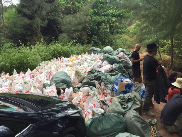 Thử thách dọn rác phiên bản lôi kéo đông vui nhất: 100 người nhặt cả tấn rác ở bãi sông Hồng, xử lý 90% rác khổng lồ ở Sơn Trà - Ảnh 10.