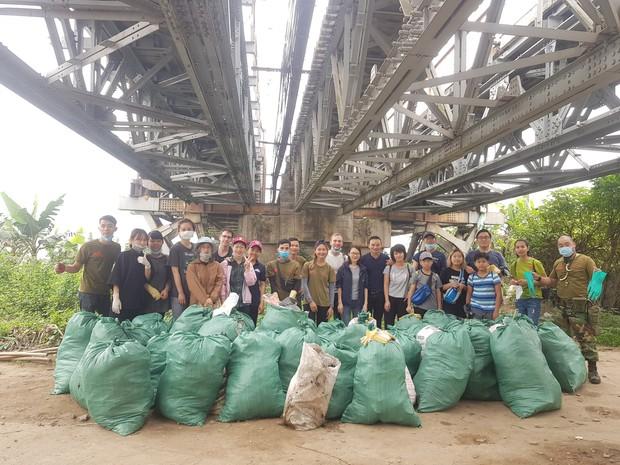 Thử thách dọn rác phiên bản lôi kéo đông vui nhất: 100 người nhặt cả tấn rác ở bãi sông Hồng, xử lý 90% rác khổng lồ ở Sơn Trà - Ảnh 5.