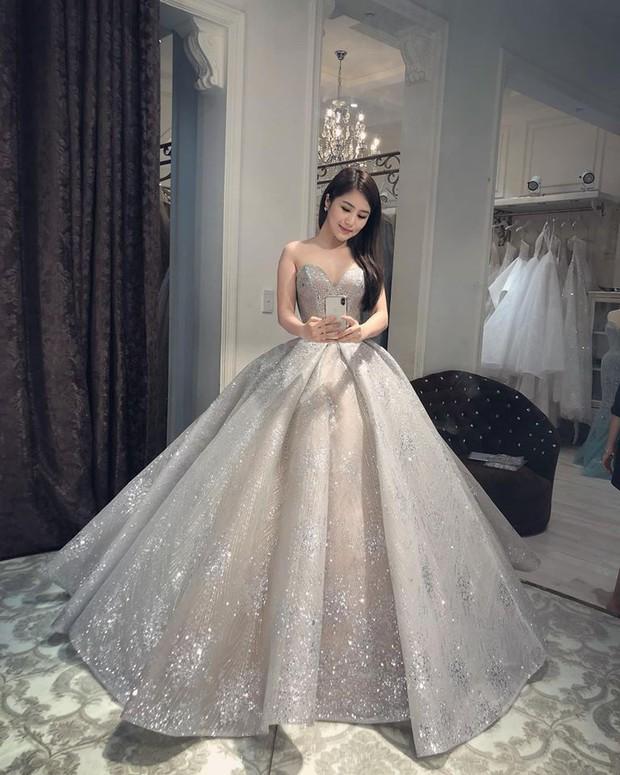 Cát Phượng có thai ở tuổi 50, Hương Tràm mặc váy cưới lên xe hoa: loạt tin giật gân bao phủ Vbiz hôm nay - Ảnh 2.