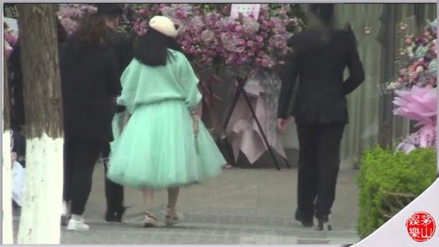 Phạm Băng Băng xuất hiện sau tin đồn bầu bì, tiếp tục làm rộ nghi vấn khi đi giày đế bằng - Ảnh 2.
