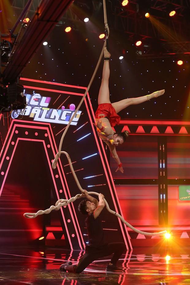 Trường Giang bị 2 người đẹp rượt chạy khắp sân khấu vì lí do này - Ảnh 6.