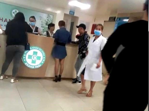 Phòng khám Trung Quốc: Cho phiên dịch khám bệnh, moi tiền - Ảnh 1.