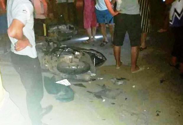 Xe 7 chỗ lao sang làn ngược chiều tông hàng loạt xe máy, 4 người thương vong - Ảnh 1.