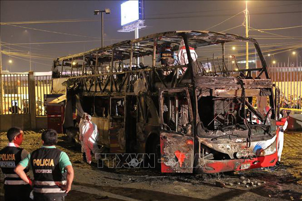 Hàng chục người chết cháy kinh hoàng trong xe buýt - Ảnh 1.