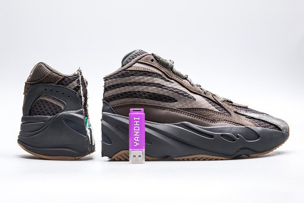Thanh niên Mỹ bất ngờ tìm thấy USB chứa album rap của Kanye West khi cưa đôi giày Yeezy 700 - Ảnh 2.