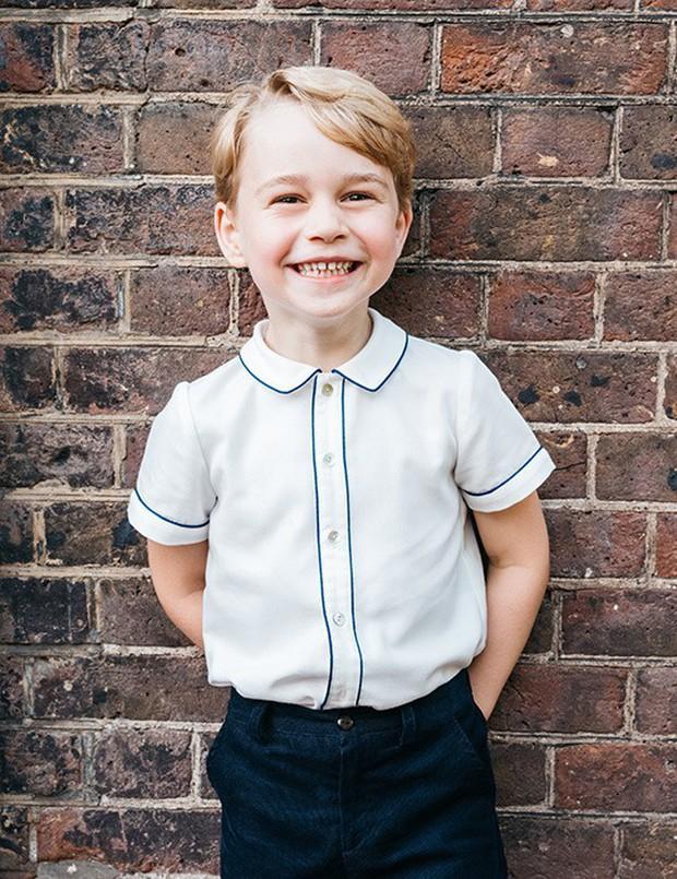 Ngược dòng thời gian để ngắm nhìn vẻ xinh xắn đáng yêu của các tiểu công chúa, tiểu hoàng tử Hoàng gia Anh ở tuổi lên 5 - Ảnh 2.