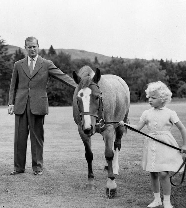 Ngược dòng thời gian để ngắm nhìn vẻ xinh xắn đáng yêu của các tiểu công chúa, tiểu hoàng tử Hoàng gia Anh ở tuổi lên 5 - Ảnh 14.