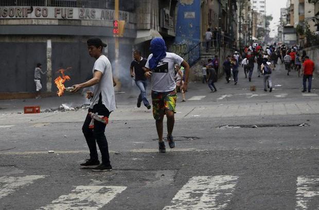 Venezuela: Người dân phóng hỏa gần dinh tổng thống vì mất điện - Ảnh 4.