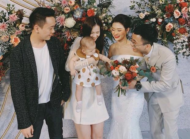 Tóc Tiên cùng người yêu tin đồn Touliver tới mừng đám cưới của Rhymastic và bà xã hotgirl - Ảnh 3.