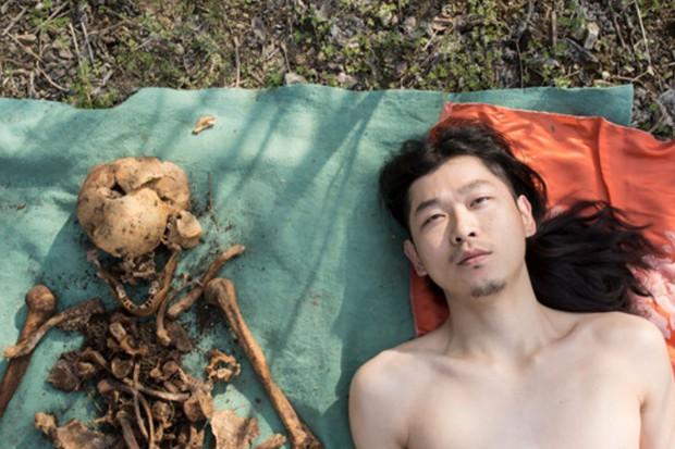 Nghệ sĩ Trung Quốc gây tranh cãi khi khoả thân chụp ảnh với hài cốt của cha vào Tết Thanh Minh - Ảnh 1.