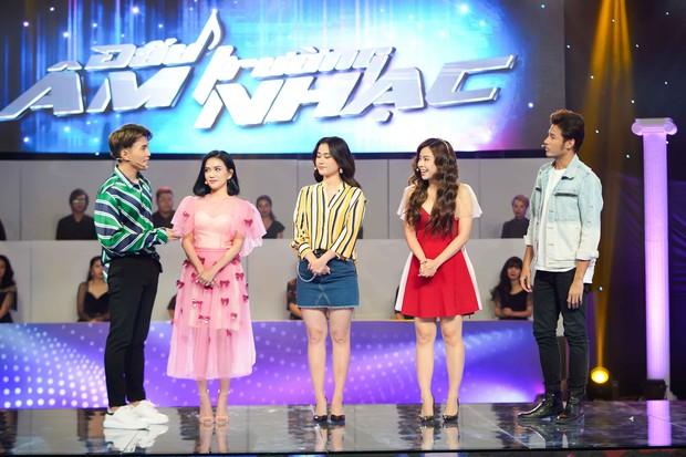Cặp vợ chồng son Vũ Ngọc Ánh - Anh Tài tình tứ trên gameshow khiến mọi người khó chịu - Ảnh 2.