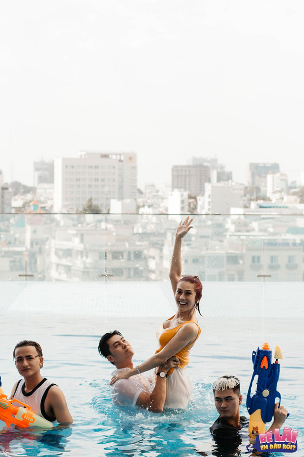 Bé Lài, em đâu rồi: Lâm Khánh Chi khoe vóc dáng gợi cảm cùng chồng dưới bể bơi - Ảnh 4.
