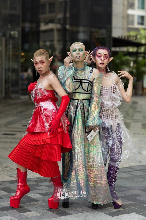 Street style ngày 1 của Tuần lễ thời trang: Ai không biết lại tưởng giới trẻ Việt chơi Halloween sớm tận nửa năm - Ảnh 2.