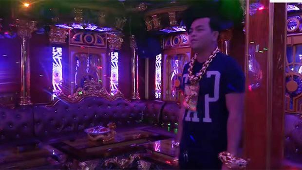 Chân dung Phúc XO: Từ đại gia thuê vệ sĩ cầm vàng đến chủ quán karaoke 60 tỷ bị tạm giữ vì dính líu ma túy - Ảnh 3.