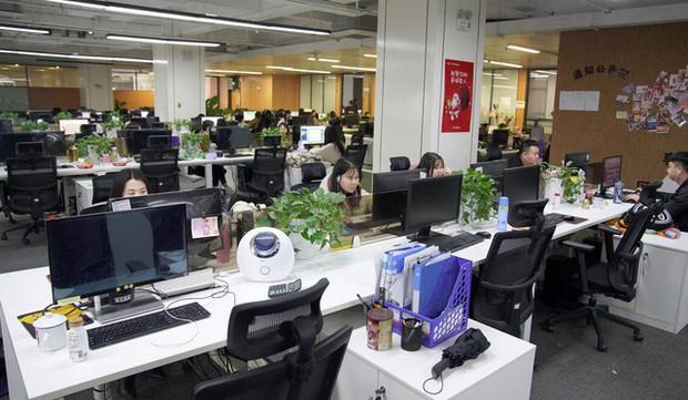 Nghề đang hot ở Trung Quốc: 'Lao công' online căng mắt xem livestream để dọn dẹp nội dung xấu, từ hút thuốc, xăm trổ đến ăn mặc mát mẻ - Ảnh 4.