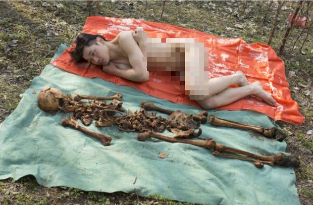 Nghệ sĩ Trung Quốc gây tranh cãi khi khoả thân chụp ảnh với hài cốt của cha vào Tết Thanh Minh - Ảnh 6.