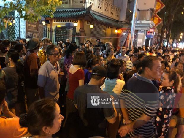 Clip: Đám đông vây kín, hỗn loạn chen lấn khiến nghệ sĩ khó khăn tới tang lễ Anh Vũ trong đêm cuối - Ảnh 3.