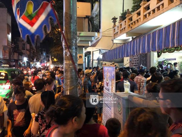 Clip: Đám đông vây kín, hỗn loạn chen lấn khiến nghệ sĩ khó khăn tới tang lễ Anh Vũ trong đêm cuối - Ảnh 2.