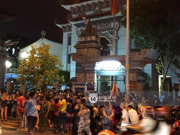 Clip: Đám đông vây kín, hỗn loạn chen lấn khiến nghệ sĩ khó khăn tới tang lễ Anh Vũ trong đêm cuối - Ảnh 6.