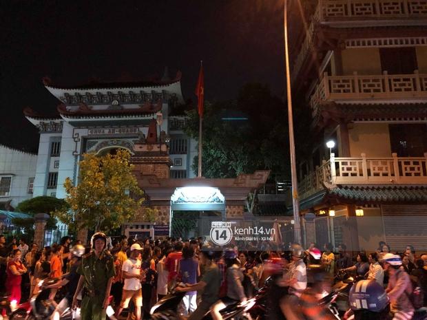 Clip: Đám đông vây kín, hỗn loạn chen lấn khiến nghệ sĩ khó khăn tới tang lễ Anh Vũ trong đêm cuối - Ảnh 7.