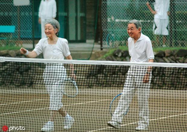 Chuyện tình lãng mạn 60 năm của Vua và Hoàng hậu Nhật Bản: Dù bao năm đi nữa vẫn vui vẻ chơi tennis cùng nhau - Ảnh 13.
