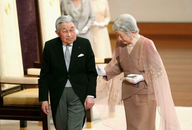 Chuyện tình lãng mạn 60 năm của Vua và Hoàng hậu Nhật Bản: Dù bao năm đi nữa vẫn vui vẻ chơi tennis cùng nhau - Ảnh 1.
