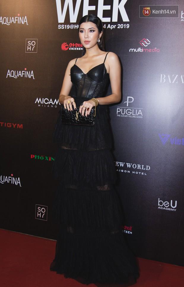 Tiểu Vy giật giũ, Nam Em thành đại phu nhân trên thảm đỏ Aquafina Vietnam International Fashion Week - Ảnh 14.