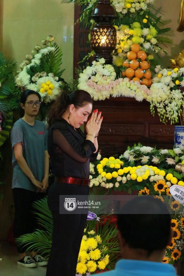 Đêm cuối cùng đám tang cố diễn viên Anh Vũ: Nghệ sĩ lặng người, không giấu được xúc động trước linh cữu - Ảnh 9.