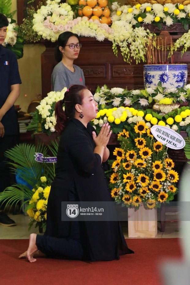 Đêm cuối cùng đám tang cố diễn viên Anh Vũ: Nghệ sĩ lặng người, không giấu được xúc động trước linh cữu - Ảnh 10.