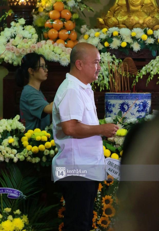 Đêm cuối cùng đám tang cố diễn viên Anh Vũ: Nghệ sĩ lặng người, không giấu được xúc động trước linh cữu - Ảnh 3.