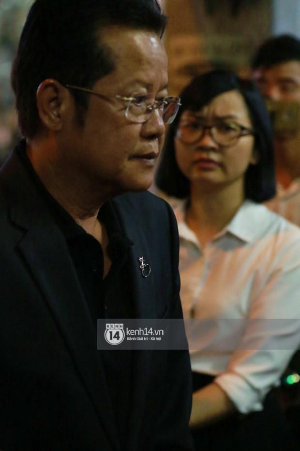 Đêm cuối cùng đám tang cố diễn viên Anh Vũ: Nghệ sĩ lặng người, không giấu được xúc động trước linh cữu - Ảnh 5.