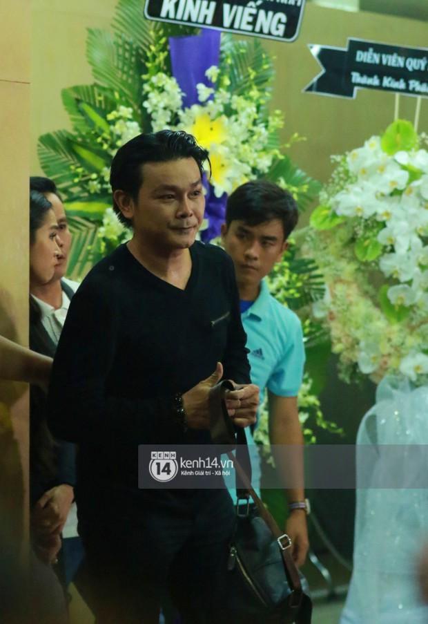 Đêm cuối cùng đám tang cố diễn viên Anh Vũ: Nghệ sĩ lặng người, không giấu được xúc động trước linh cữu - Ảnh 13.