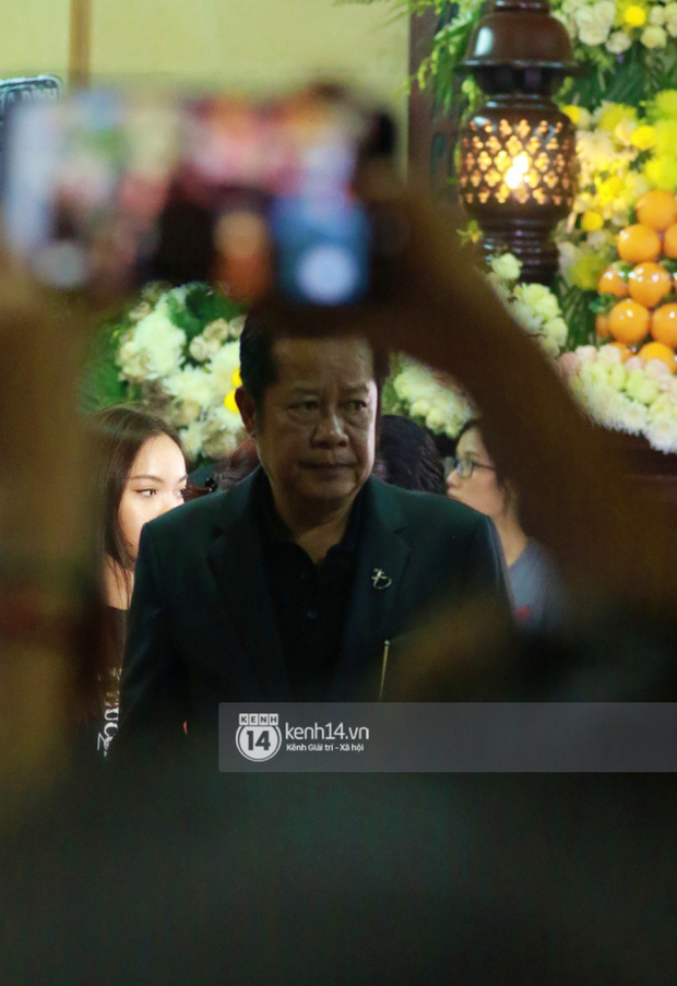 Đêm cuối cùng đám tang cố diễn viên Anh Vũ: Nghệ sĩ lặng người, không giấu được xúc động trước linh cữu - Ảnh 4.