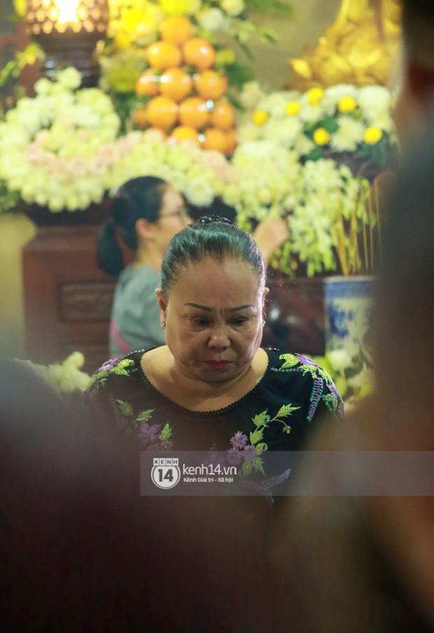 Đêm cuối cùng đám tang cố diễn viên Anh Vũ: Nghệ sĩ lặng người, không giấu được xúc động trước linh cữu - Ảnh 6.