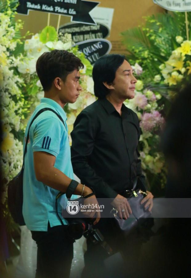 Đêm cuối cùng đám tang cố diễn viên Anh Vũ: Nghệ sĩ lặng người, không giấu được xúc động trước linh cữu - Ảnh 7.