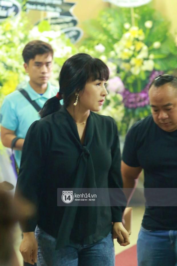 Đêm cuối cùng đám tang cố diễn viên Anh Vũ: Nghệ sĩ lặng người, không giấu được xúc động trước linh cữu - Ảnh 12.